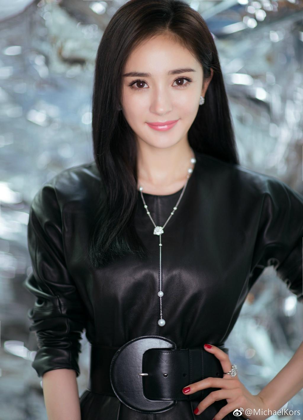 Hé lộ hình ảnh thời trẻ của Dương Mịch: Thân thiết với Thành Long, gương mặt nhỏ hơn cả Lưu Diệc Phi Ảnh 1