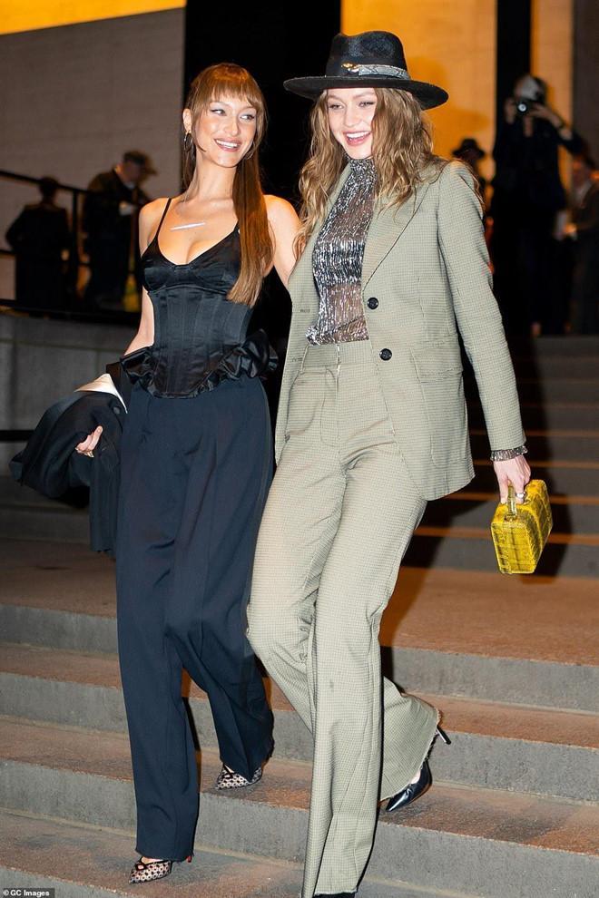 'Báo đen' Naomi Campbell diện đồ lưới khoe eo thon, cùng chị em Hadid xúng xính dự đám cưới Marc Jacobs Ảnh 5