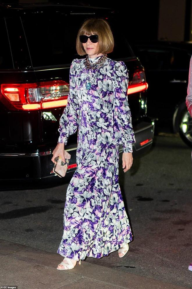 'Báo đen' Naomi Campbell diện đồ lưới khoe eo thon, cùng chị em Hadid xúng xính dự đám cưới Marc Jacobs Ảnh 7