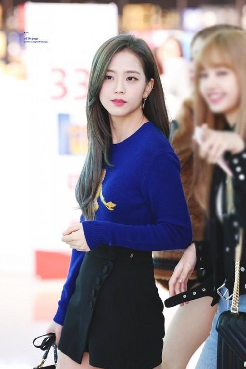 Thời trang sân bay đơn giản nhưng đầy cuốn hút của Jisoo - Black Pink Ảnh 7