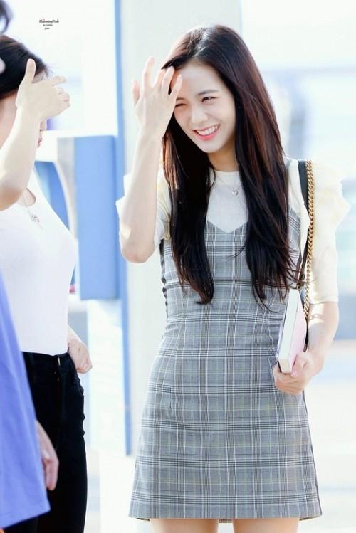 Thời trang sân bay đơn giản nhưng đầy cuốn hút của Jisoo - Black Pink Ảnh 13