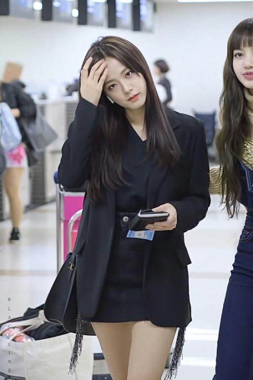Thời trang sân bay đơn giản nhưng đầy cuốn hút của Jisoo - Black Pink Ảnh 2