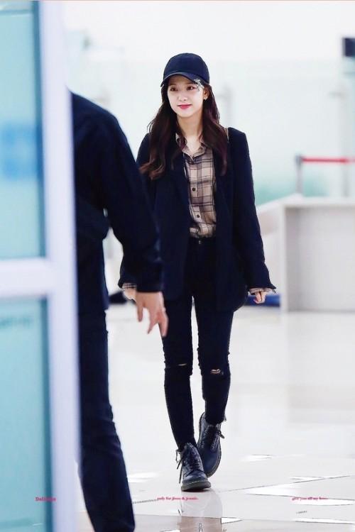 Thời trang sân bay đơn giản nhưng đầy cuốn hút của Jisoo - Black Pink Ảnh 1