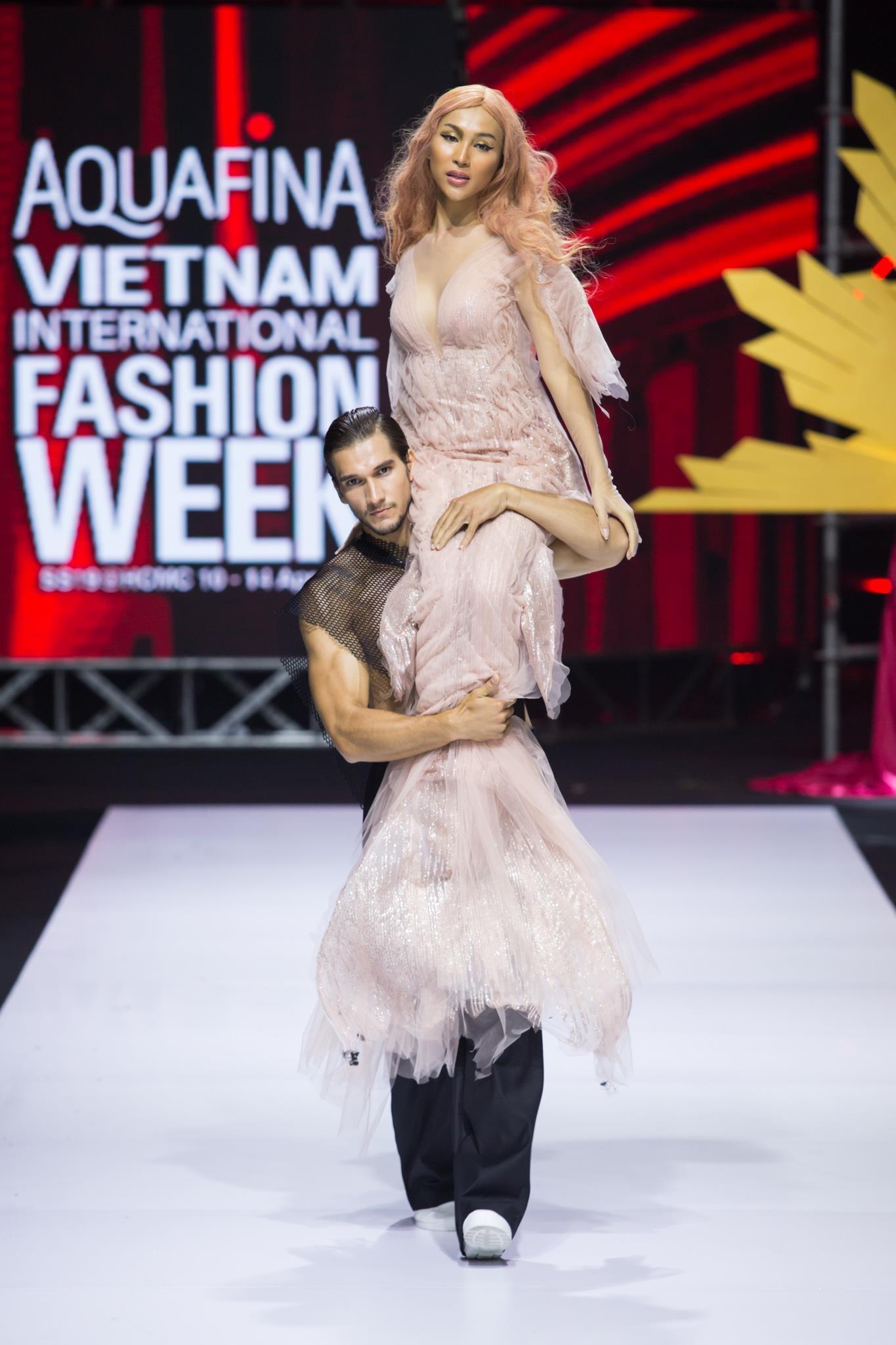 Nguyễn Tiến Truyển chinh phục sàn diễn Aquafina VIFW 2019 với BST mới Ảnh 12