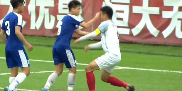 Đồng đội bị chơi xấu, đàn em Quang Hải đấm thẳng mặt cầu thủ Trung Quốc Ảnh 1