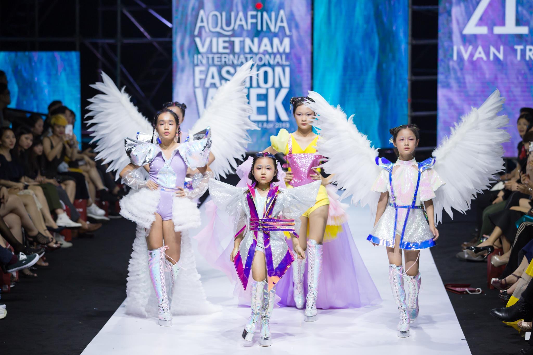 Ivan Trần 'trẻ thơ hóa' sàn diễn Aquafina VIFW mùa thứ 9 Ảnh 1