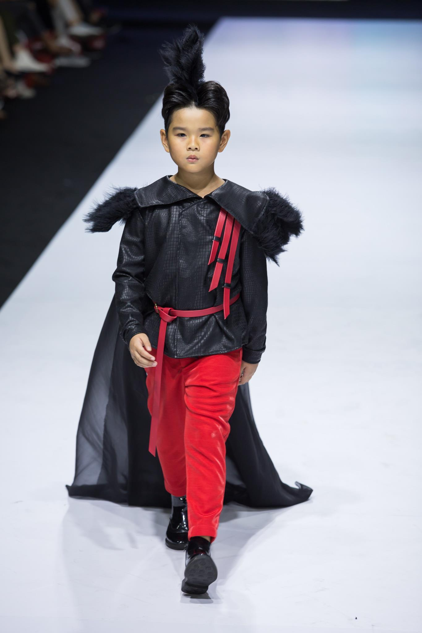 Ivan Trần 'trẻ thơ hóa' sàn diễn Aquafina VIFW mùa thứ 9 Ảnh 3