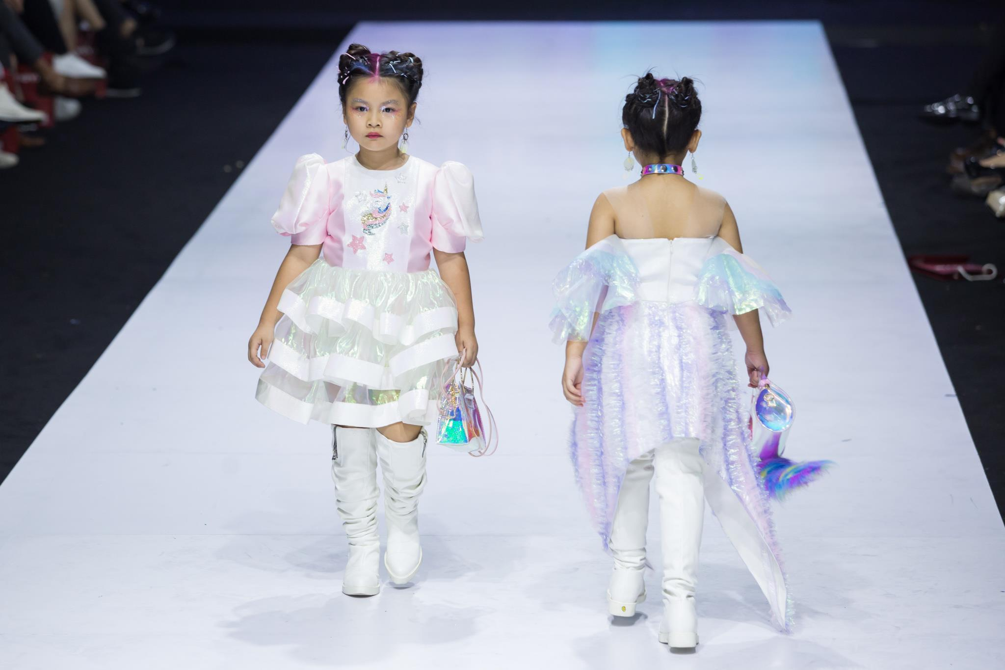 Ivan Trần 'trẻ thơ hóa' sàn diễn Aquafina VIFW mùa thứ 9 Ảnh 6