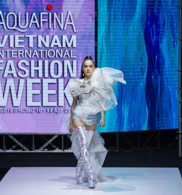 Ivan Trần 'trẻ thơ hóa' sàn diễn Aquafina VIFW mùa thứ 9 Ảnh 18