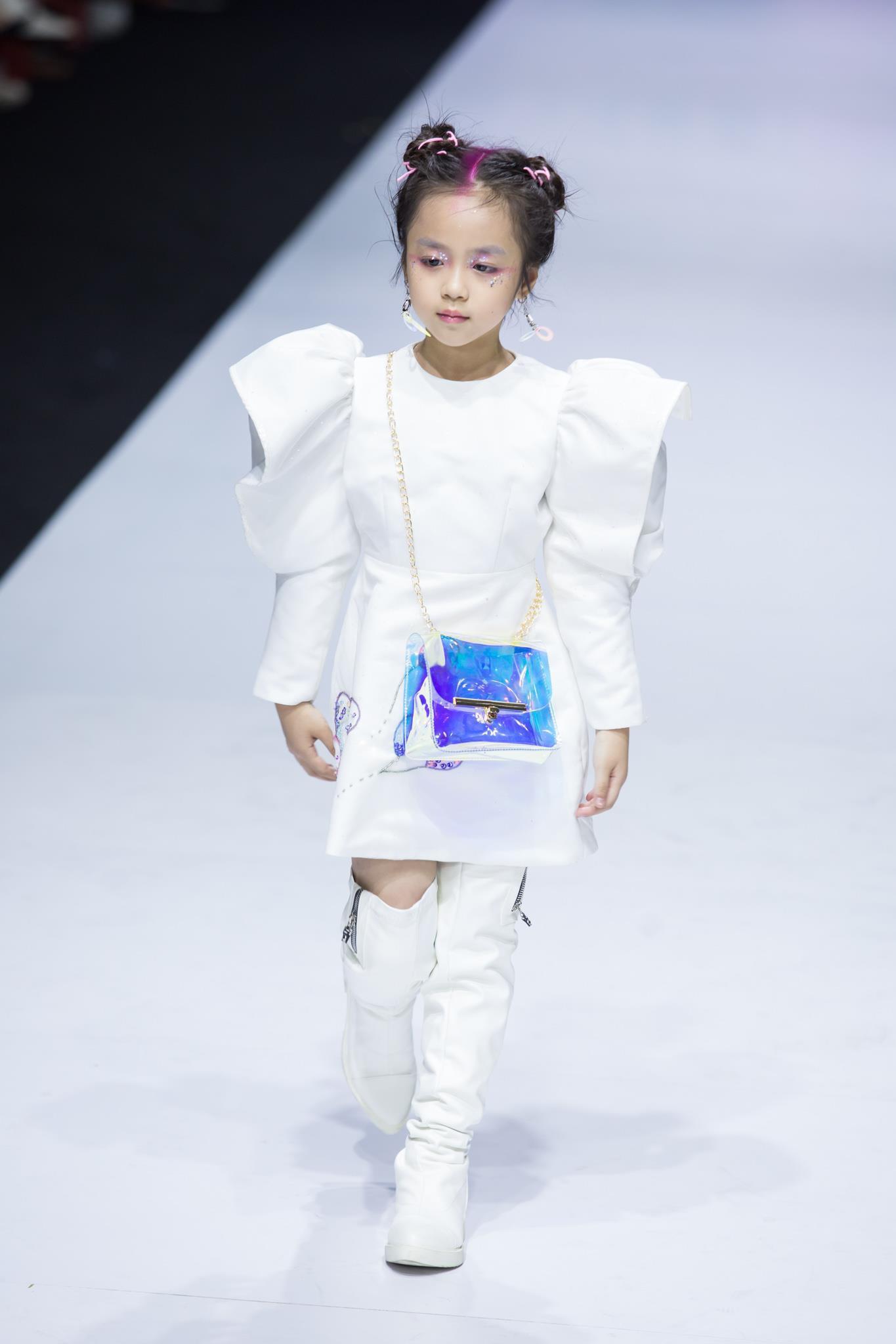 Ivan Trần 'trẻ thơ hóa' sàn diễn Aquafina VIFW mùa thứ 9 Ảnh 14