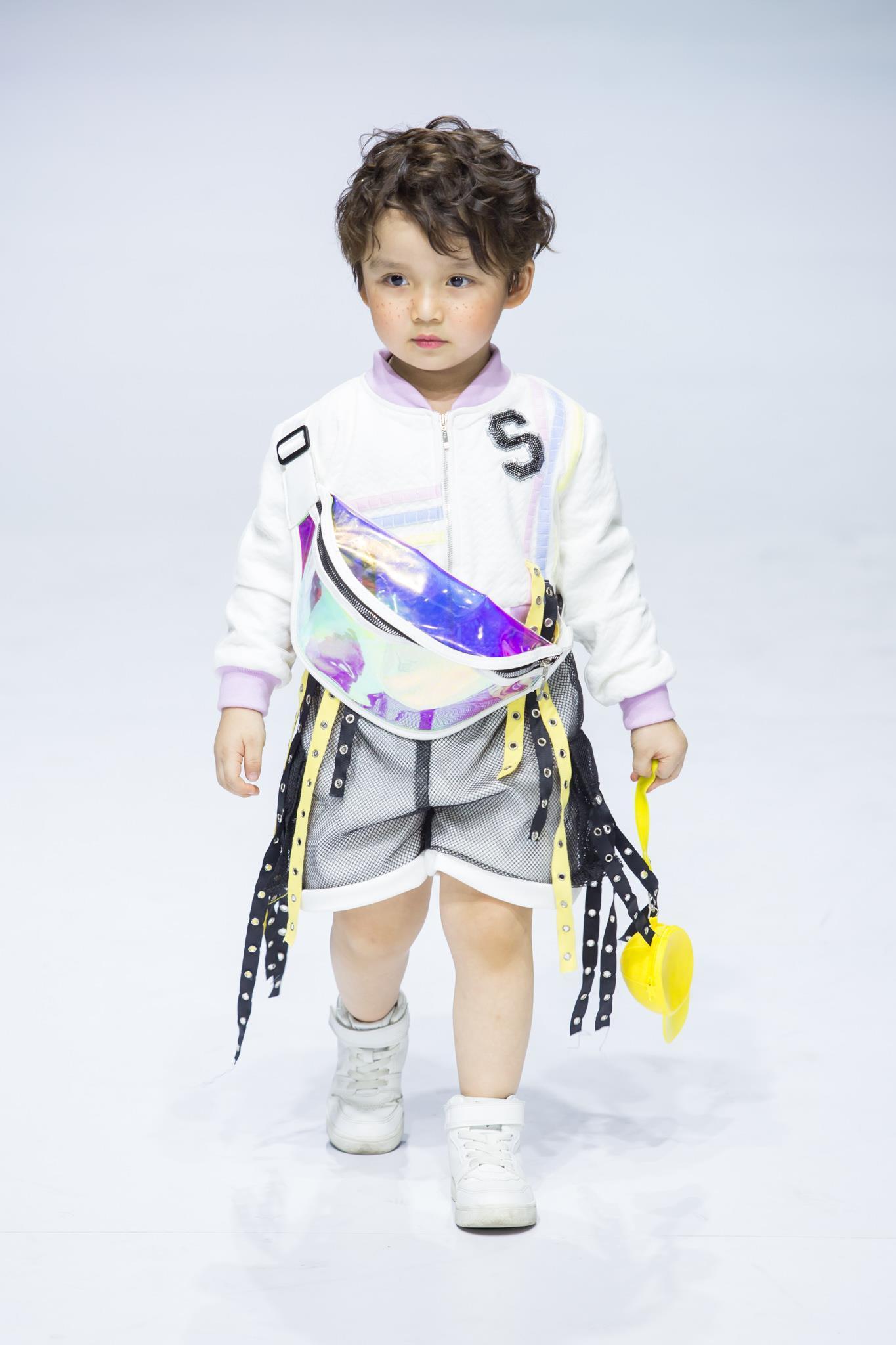 Ivan Trần 'trẻ thơ hóa' sàn diễn Aquafina VIFW mùa thứ 9 Ảnh 12