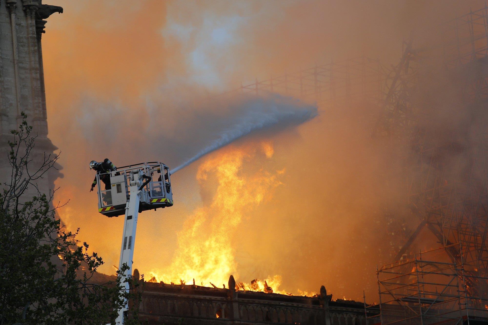 Nhà thờ Đức Bà Paris bốc cháy dữ dội Ảnh 3