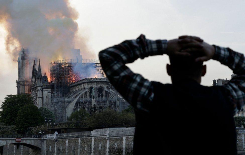 Nhà thờ Đức Bà Paris bốc cháy dữ dội Ảnh 6