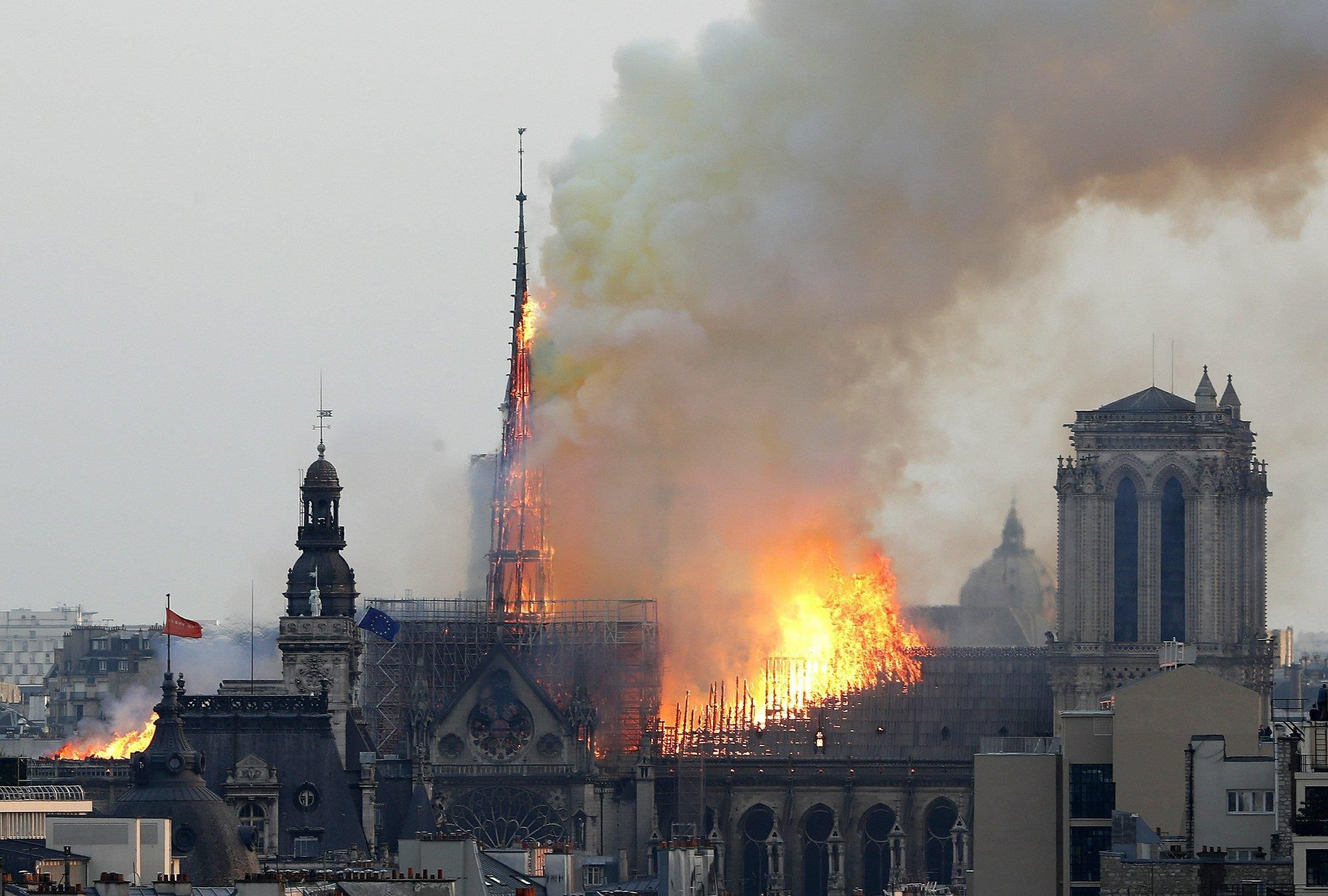 Nhà thờ Đức Bà Paris bốc cháy dữ dội Ảnh 1