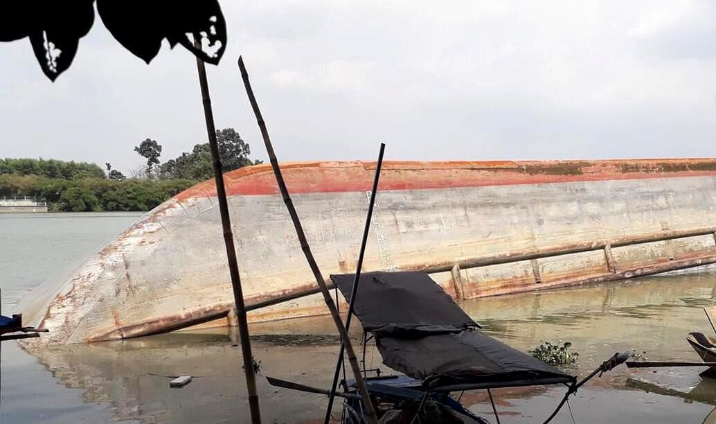 Sà lan 500 tấn lật trên sông Đồng Nai, 5 người thoát chết Ảnh 1