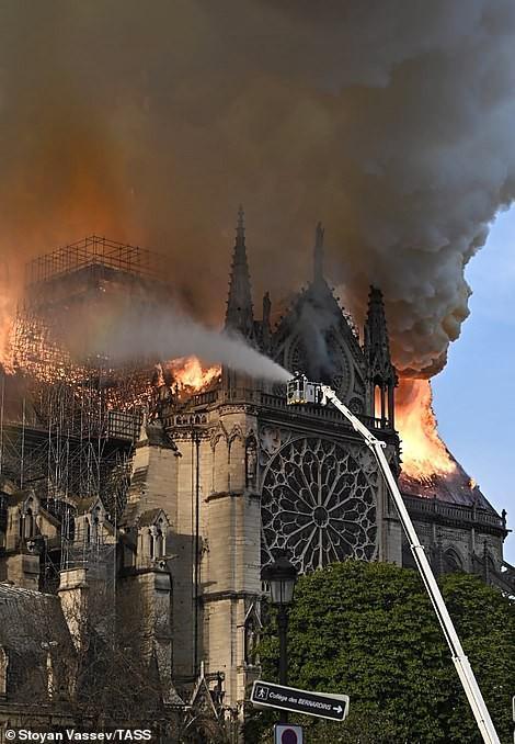 Cháy Nhà thờ Đức Bà ở Paris: Vì sao không thể chữa cháy từ trên không? Ảnh 1