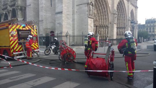 Cháy Nhà thờ Đức Bà ở Paris: Vì sao không thể chữa cháy từ trên không? Ảnh 3