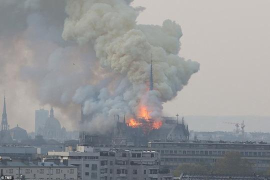 Cháy Nhà thờ Đức Bà ở Paris: Vì sao không thể chữa cháy từ trên không? Ảnh 2