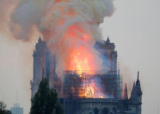 Cháy Nhà thờ Đức Bà ở Paris: Vì sao không thể chữa cháy từ trên không? Ảnh 6