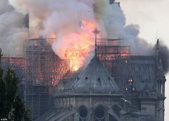 Cháy Nhà thờ Đức Bà ở Paris: Vì sao không thể chữa cháy từ trên không? Ảnh 4