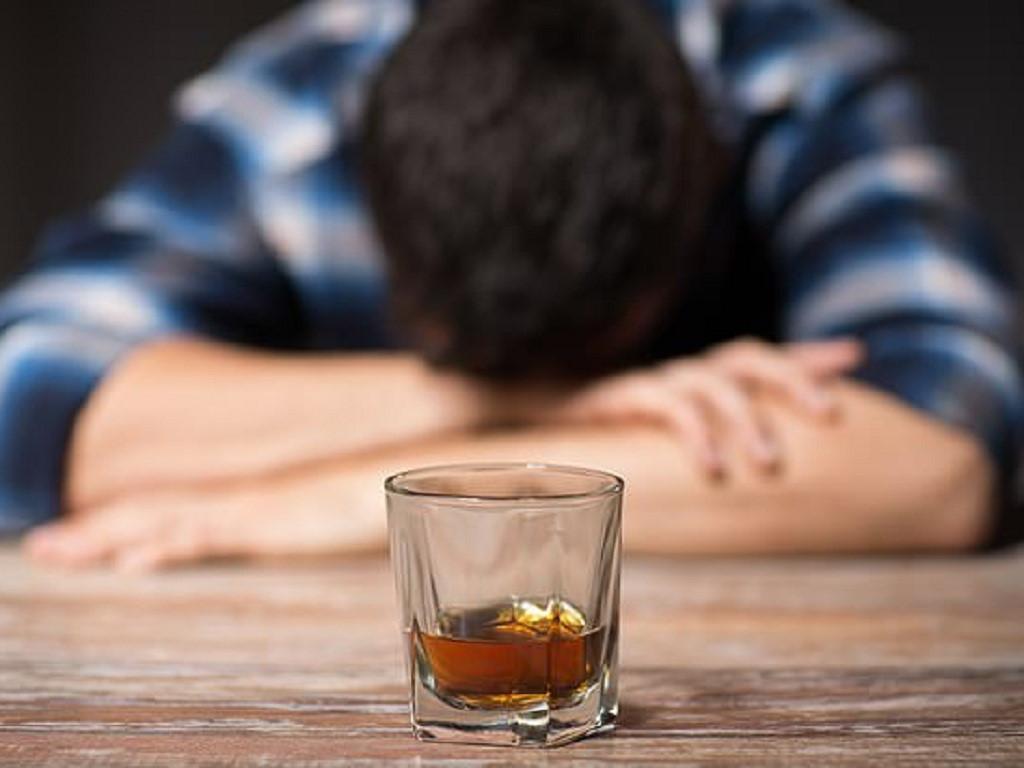 Sau khi uống rượu bia bị run rẩy tay chân, có sao không? Ảnh 1