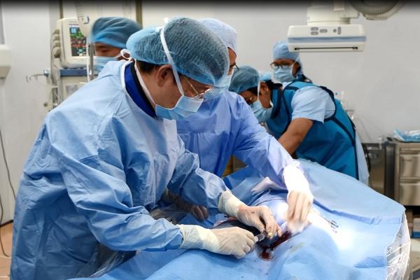 Bệnh viện quận đầu tiên ở Việt Nam đặt được stent graft Ảnh 1