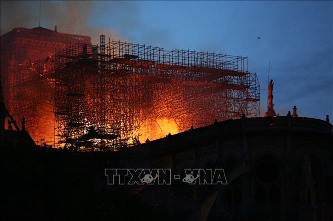 YouTube vô tình gắn hình ảnh cháy Nhà thờ Đức Bà Paris với vụ máy bay lao vào tòa tháp đôi Mỹ năm 2001 Ảnh 1