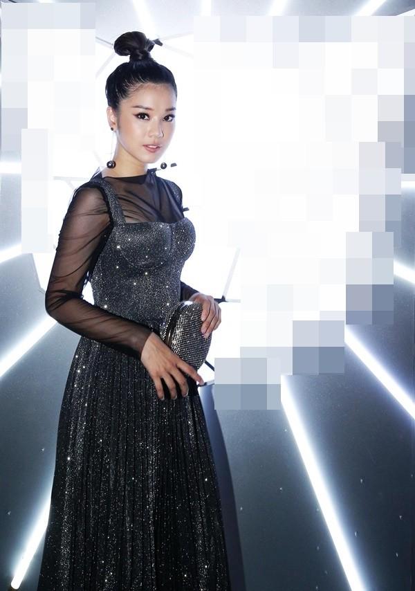 Váy xẻ rất cao, hở rất hở… nhưng H'Hen Niê vẫn lọt vào top sao xấu tuần Ảnh 10