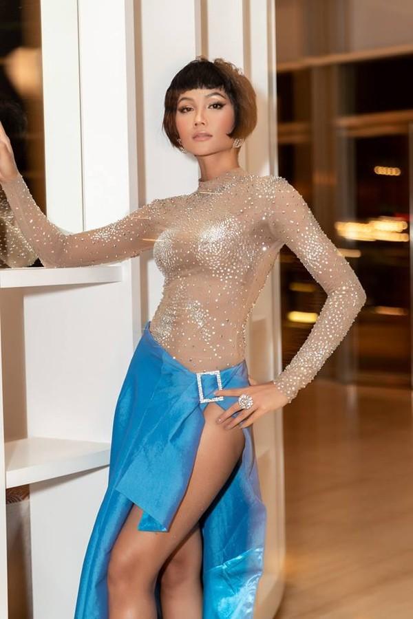 Váy xẻ rất cao, hở rất hở… nhưng H'Hen Niê vẫn lọt vào top sao xấu tuần Ảnh 2