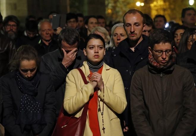 Người dân đau đớn nhìn 'Trái tim nước Pháp' chìm trong biển lửa Ảnh 10