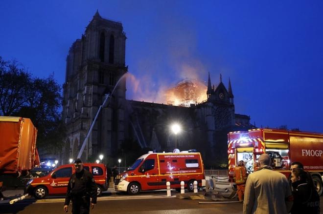 Người dân đau đớn nhìn 'Trái tim nước Pháp' chìm trong biển lửa Ảnh 11