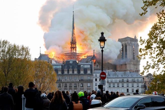 Người dân đau đớn nhìn 'Trái tim nước Pháp' chìm trong biển lửa Ảnh 2