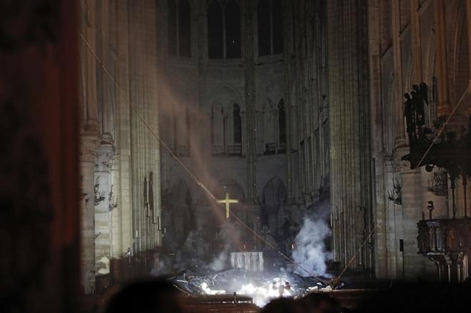 Người dân đau đớn nhìn 'Trái tim nước Pháp' chìm trong biển lửa Ảnh 12