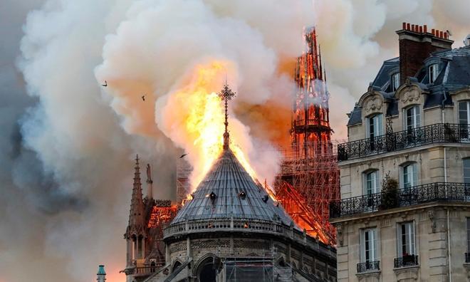 Người dân đau đớn nhìn 'Trái tim nước Pháp' chìm trong biển lửa Ảnh 5