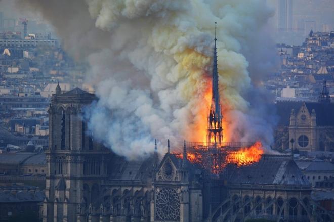 Người dân đau đớn nhìn 'Trái tim nước Pháp' chìm trong biển lửa Ảnh 6