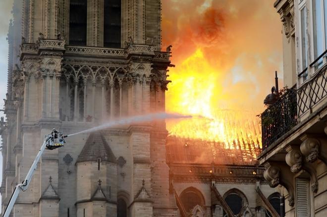Người dân đau đớn nhìn 'Trái tim nước Pháp' chìm trong biển lửa Ảnh 7