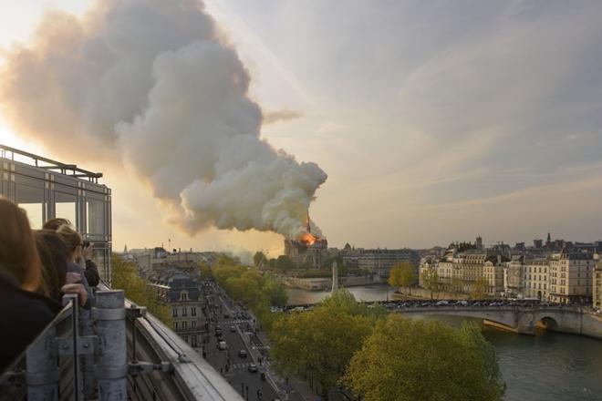 Người dân đau đớn nhìn 'Trái tim nước Pháp' chìm trong biển lửa Ảnh 8