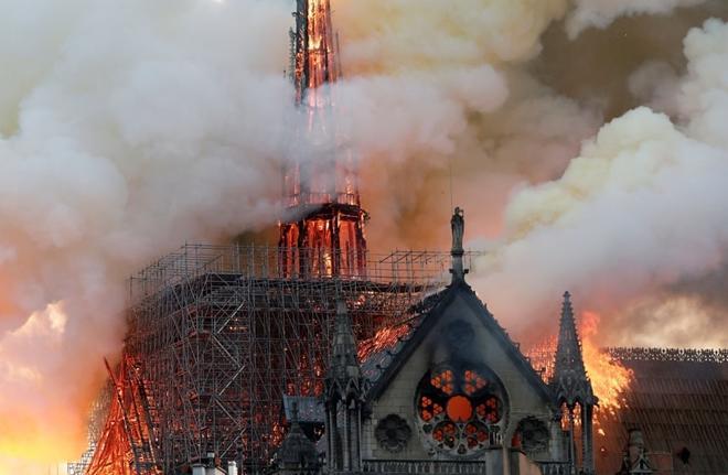 Người dân đau đớn nhìn 'Trái tim nước Pháp' chìm trong biển lửa Ảnh 4