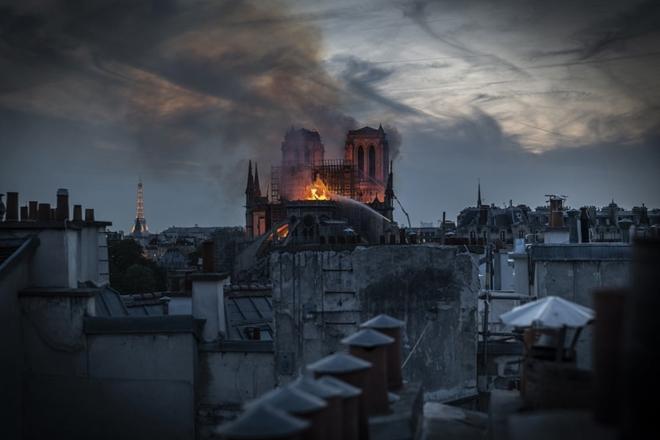 Người dân đau đớn nhìn 'Trái tim nước Pháp' chìm trong biển lửa Ảnh 13