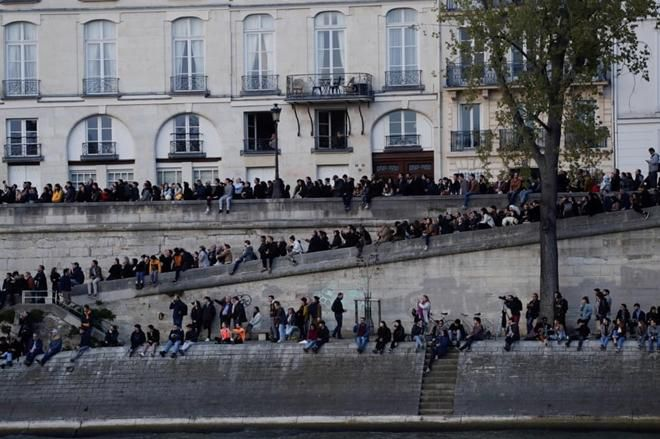 Người dân đau đớn nhìn 'Trái tim nước Pháp' chìm trong biển lửa Ảnh 9
