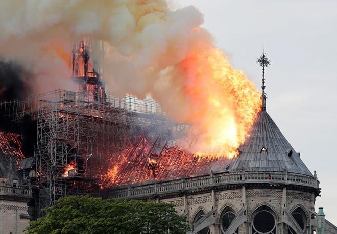 Người dân đau đớn nhìn 'Trái tim nước Pháp' chìm trong biển lửa Ảnh 1