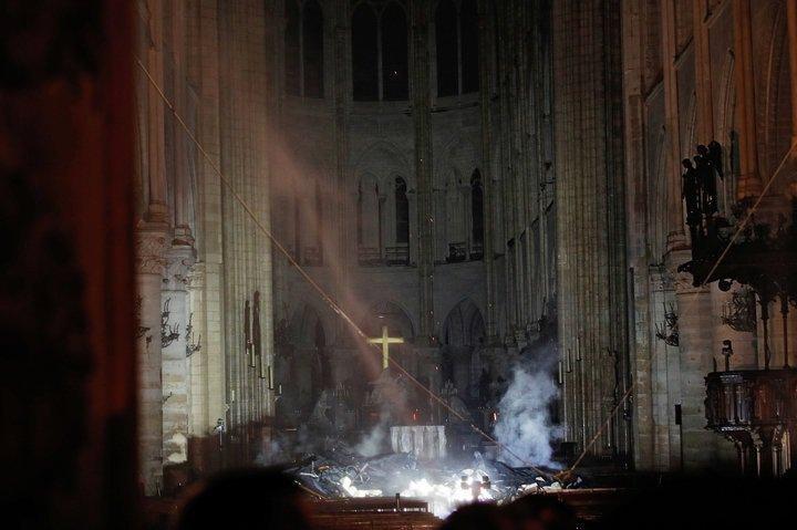 Cây thánh giá vẫn đứng vững và bừng sáng sau vụ cháy Nhà thờ Đức Bà Paris Ảnh 1