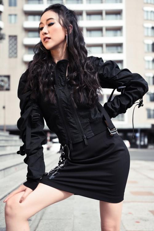 Thời tiết nóng 'đổ lửa', Hà Thu 'chơi trội' diện jean rách, áo đen kín mít ra đường Ảnh 3