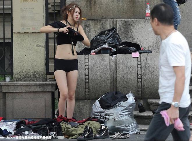 Sự thật về người mẫu Trung thay 500 bộ quần áo, có khi phải 'lộ thiên' giữa phố Ảnh 4