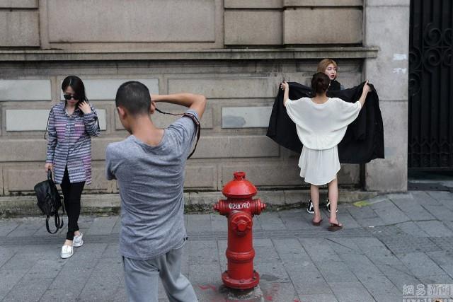 Sự thật về người mẫu Trung thay 500 bộ quần áo, có khi phải 'lộ thiên' giữa phố Ảnh 2