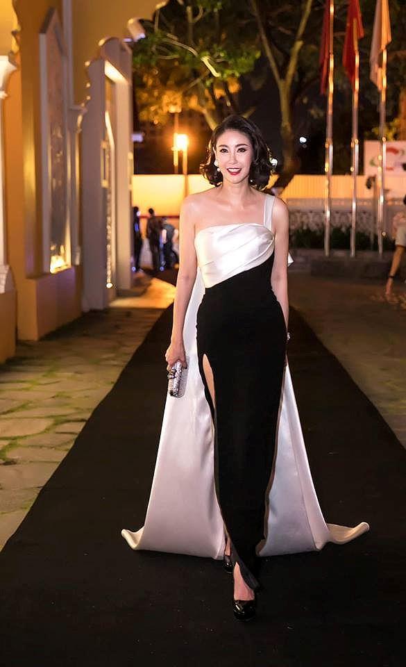 H'Hen Niê lộng lẫy đọ sắc Hoa hậu Tiểu Vy gợi cảm khiến fans 'phát sốt' Ảnh 9
