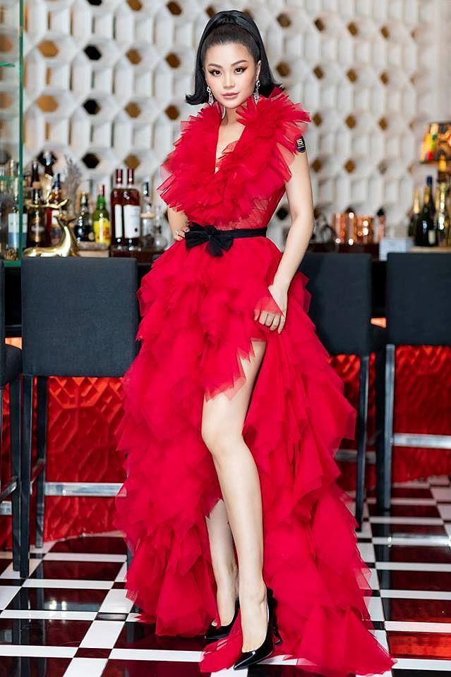 H'Hen Niê lộng lẫy đọ sắc Hoa hậu Tiểu Vy gợi cảm khiến fans 'phát sốt' Ảnh 14
