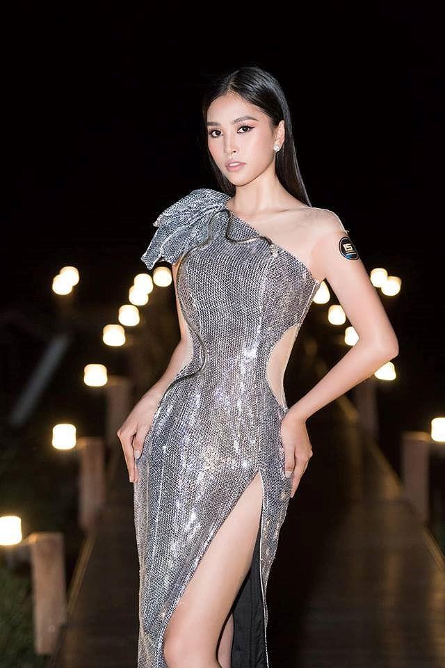H'Hen Niê lộng lẫy đọ sắc Hoa hậu Tiểu Vy gợi cảm khiến fans 'phát sốt' Ảnh 4