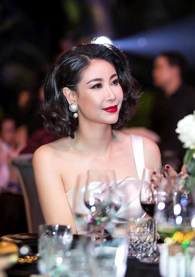 H'Hen Niê lộng lẫy đọ sắc Hoa hậu Tiểu Vy gợi cảm khiến fans 'phát sốt' Ảnh 12
