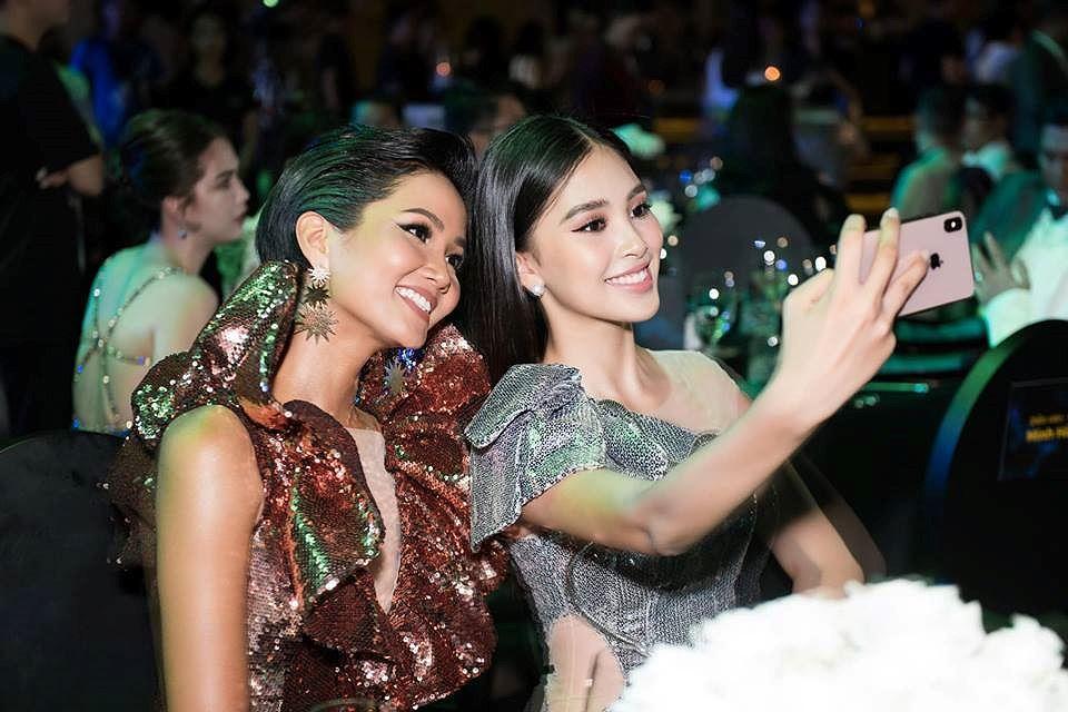 H'Hen Niê lộng lẫy đọ sắc Hoa hậu Tiểu Vy gợi cảm khiến fans 'phát sốt' Ảnh 7